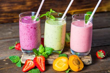 Gesunde Frucht-Smoothies mit einem Standmixer selbst herstellen