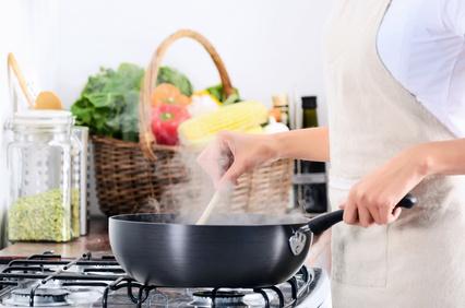 Angebrannte und verkrustete Bratpfannen reinigen