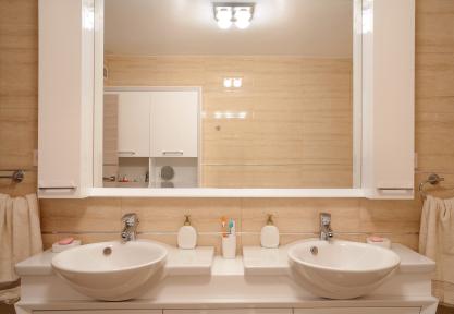 Bad-Spiegelschrank reinigen und streifenfrei putzen