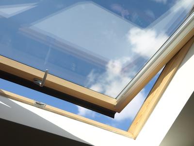 Dachfenster-Rollo reinigen