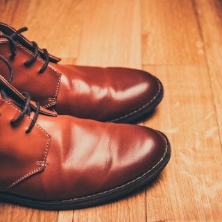 Fettfleck auf Lederschuhen entfernen