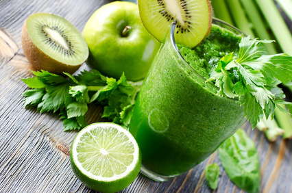 Gesunde Ernährung mit grünen Säften und Smoothies mit einem Kuvings Entsafter