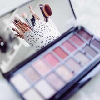 Make-Up-Flecken aus Kleidung entfernen