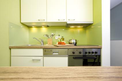 In einer kleinen Küche mit einer Pantryküche Platz sparen