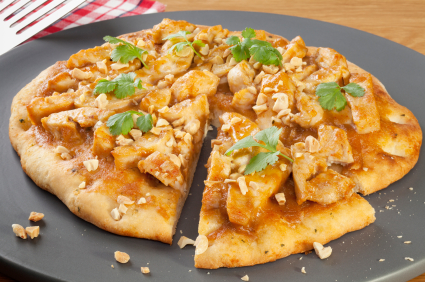 Pizza mit Hühnchen, Curry & Ananas