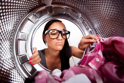Wäschetrockner und trockene Wäsche stinkt und riecht muffig