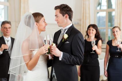 Was ziehe ich als Gast auf einer Hochzeit an?